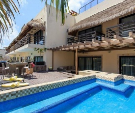 Huge terrace with private pool steps to mamitas!