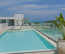 Study PH with private rooftop & pool, near the sea