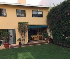 Acogedora habitación con alberca y jardín