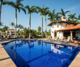 Majestic waterfront home for large families 7BR! private pool