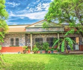 Casa grande y privada, jardín & estacionamiento
